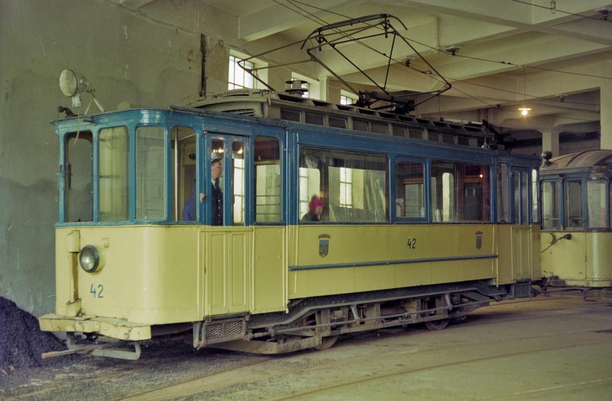 Trondheim Sporveis sporvogn nr. 42 i trikkestallen på Voldsminde.