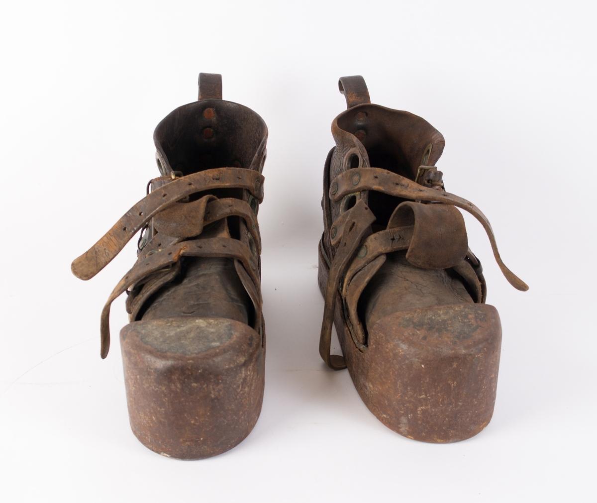 Dykkersko (2 stk.)  benyttet under dykking for å kunne gå på sjøbunnen. Hver sko veier ca. 9 kilo og har tre skinnreimer som kan strammes.