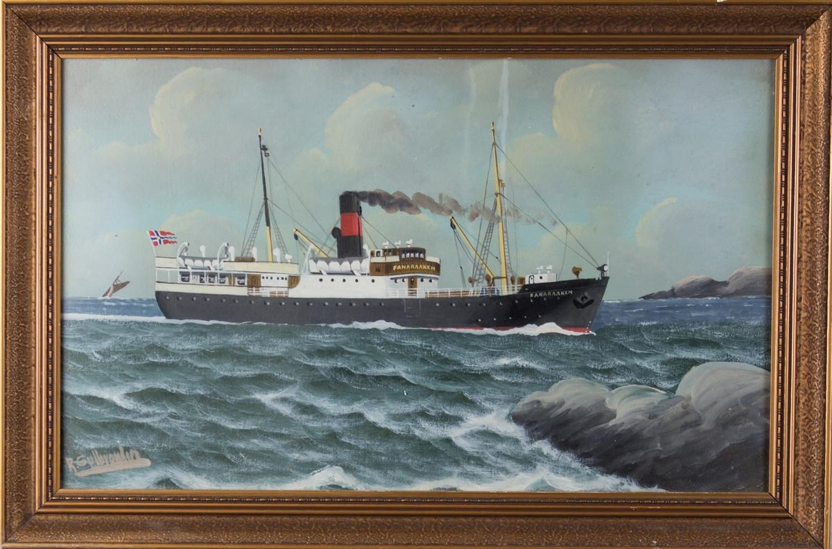 Skipsportrett av MS FANARAAKEN under fart med land i høyre side for skipet. Ser også et mindre seilfartøy i venstre side av bilde. Skipet fører norsk splittflagg akter.