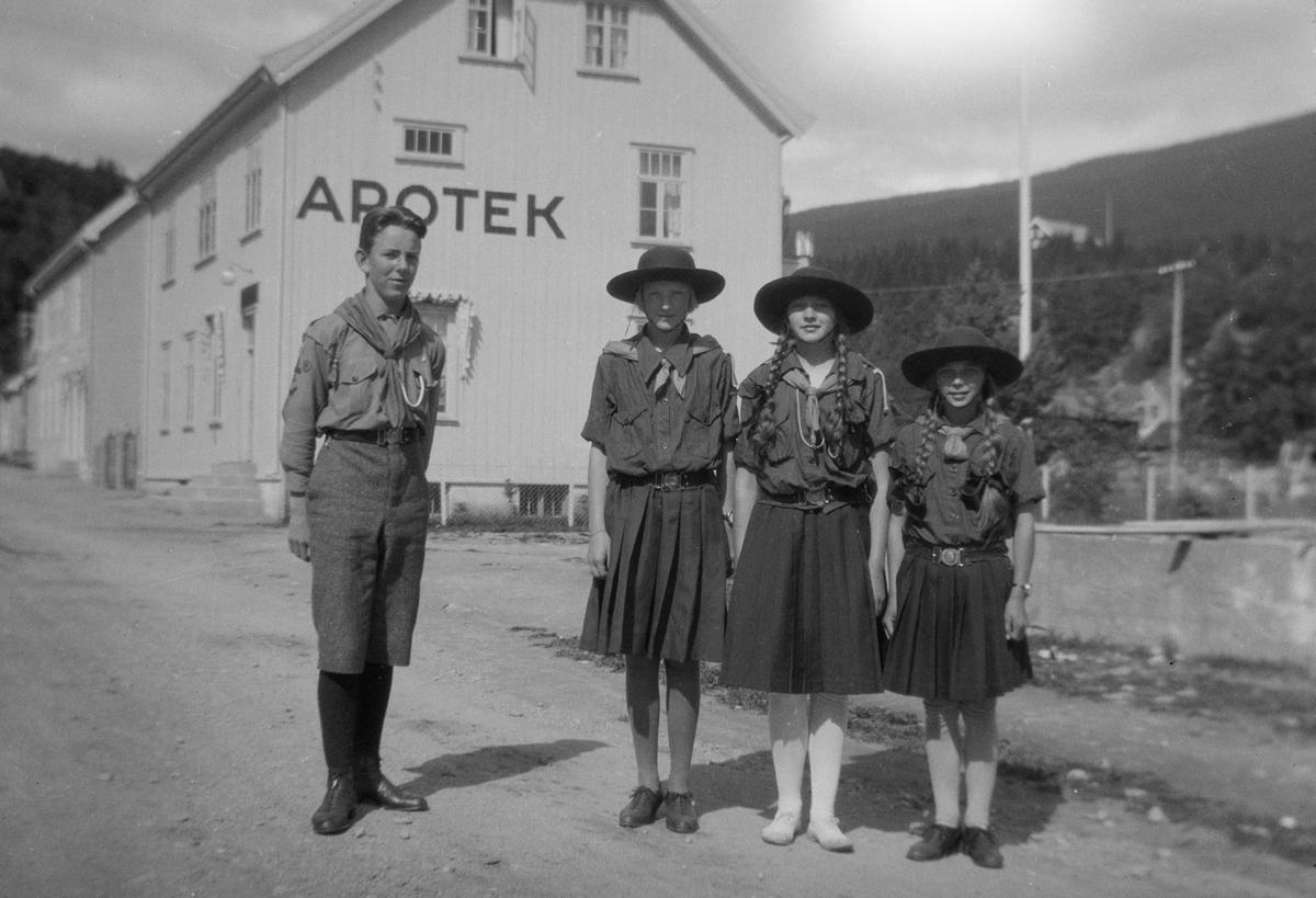 Speidere i Jernbanegata, Ringebu. Fra venstre Ivar Kluften, ukjent jente, Gladys Lossius og ukjent jente.