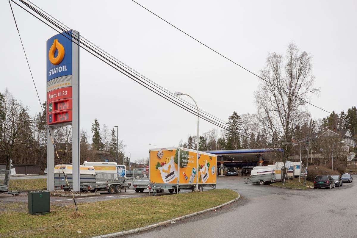 Statoil Nadderud. Veiskilt Statoil og trailer Kolonial.no selvbetjent hentepunkt.