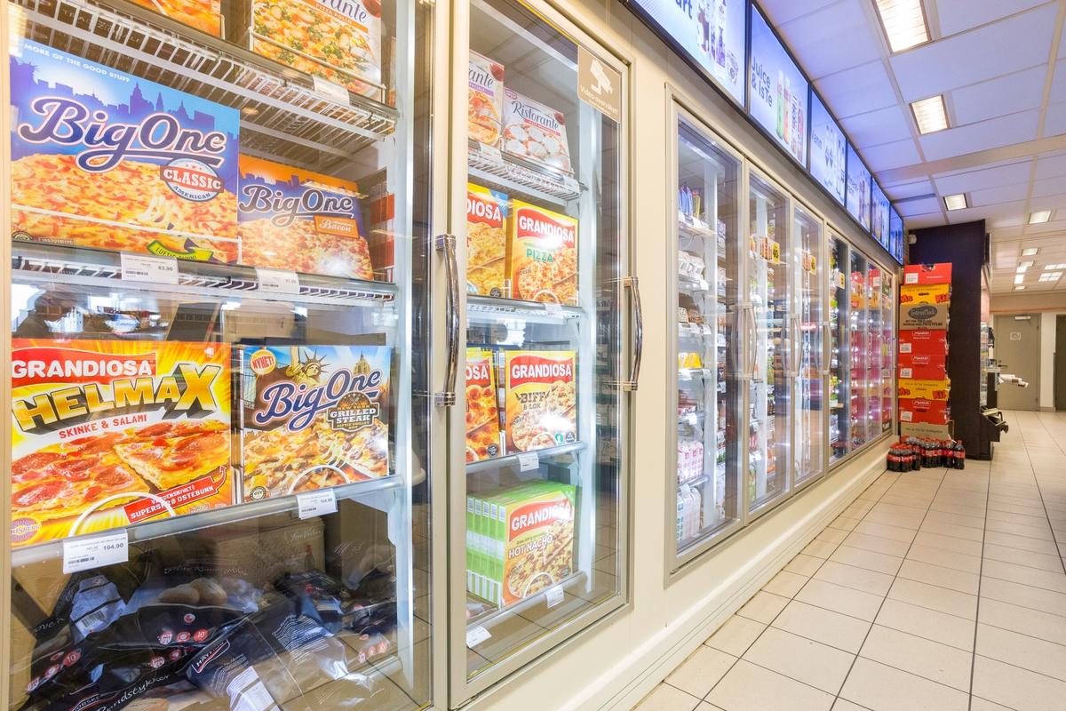 Statoil Nadderud. Kjøleskap med pizzaer bak glasdører langs vegg.