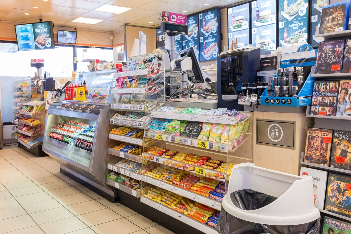 Statoil Nadderud. Butikkdisk med kortautomat og varer. Reklame for varm mat i bakgrunnen.