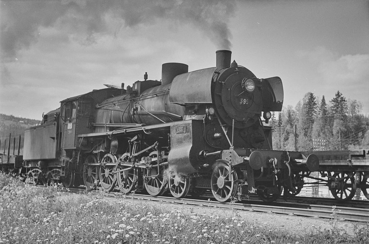 Underveisgodstog fra Trondheim til Hamar på Singsås stasjon. Toget trekkes av damplokomotiv type 26c nr. 399.