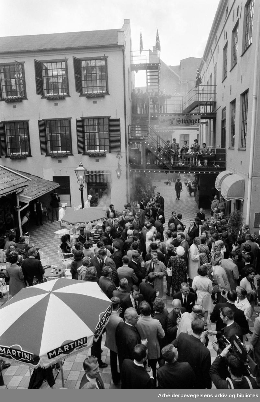 """""""Strøket"""". Passasje gjennom fra Torggata til Storgata. Åpningsshow. Mai 1970"""