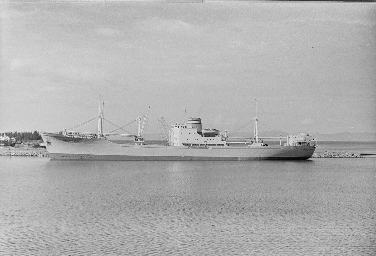 Den Norske Amerikalinje A/S' lasteskip M/S SUNNDALSFJORD ved Muruvik.
