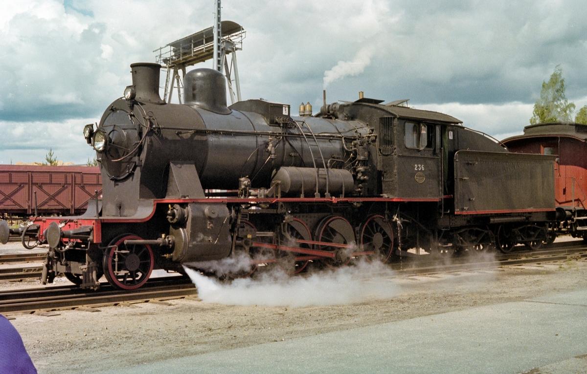 Veterantog på Elverum stasjon. Toget trekkes av damplokomotiv type 24b nr. 236.