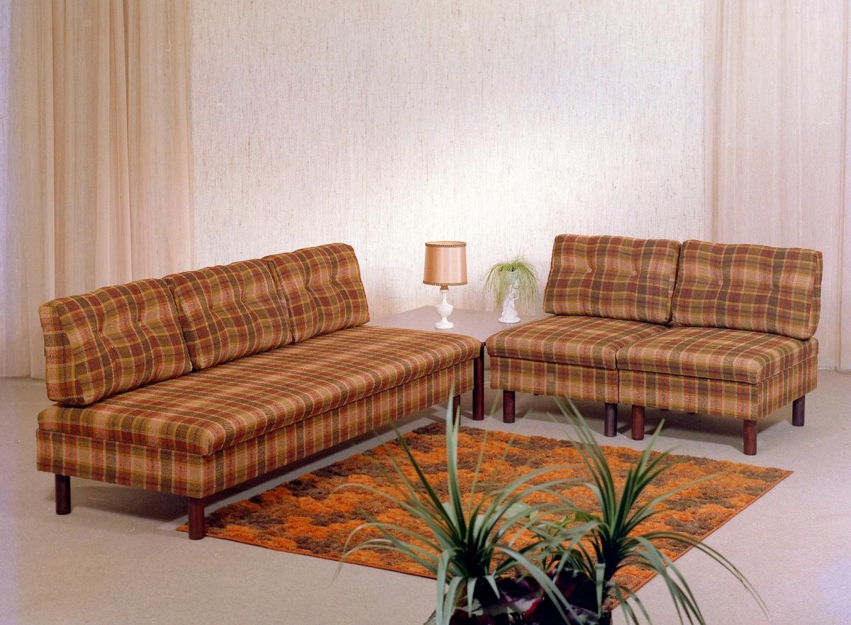 Sofa, hjørnebord og stolar.