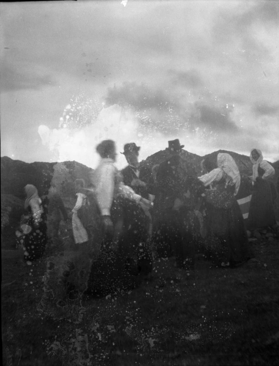 Rikard Berges fotoarkiv. 8 negativer. Gruppe mennesker på fjellet, kvinner i bunader.