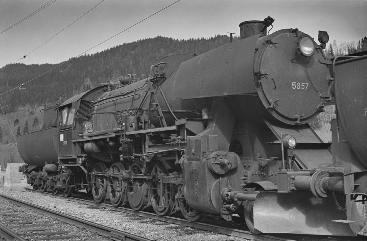 Hensatt damplokomotiv type 63a nr. 5857 på Støren stasjon.