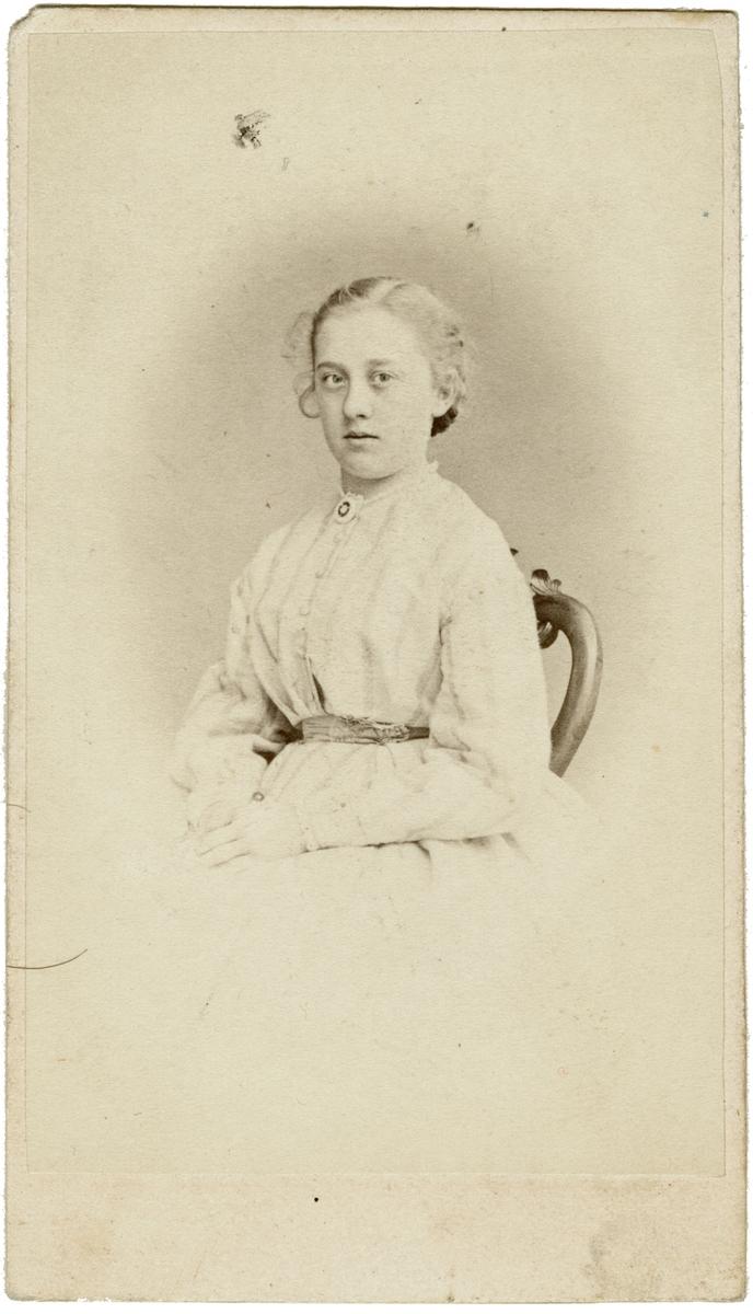 Porträtt av fröken Ida Westman 1867. Dotter till godsägaren Johan Leonard Westman och Ida Westman, född Werner. Hon fick ett kort liv. Avliden endast 22 år gammal i lungsot.