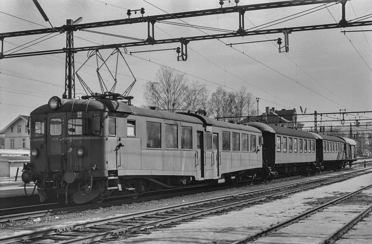 Lokaltog til Kongsberg på Hokksund stasjon. Fremst i toget motorvogn 6514.