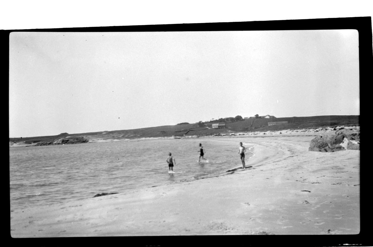 Tre badende ungdommer på Husebysanden ved Farsund. Fotografert 1928.