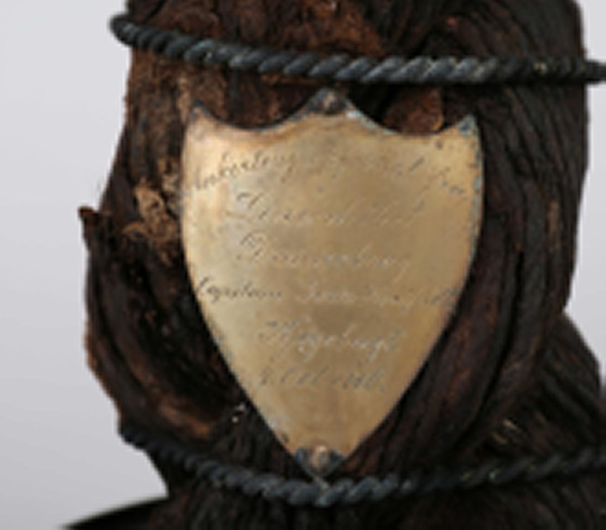 """Stykke av ankerkabel oppfisket fra linjeskipet  """"Dannebrog"""", chef Ivan Huitfeldt, Kjøgebukt 4.10.1710. Under glassklokke."""