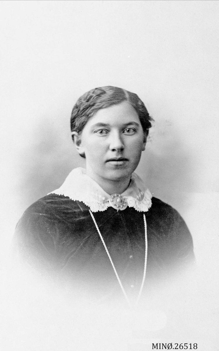 Portrett av kvinne. Anna Aaen, født 12/4-1896