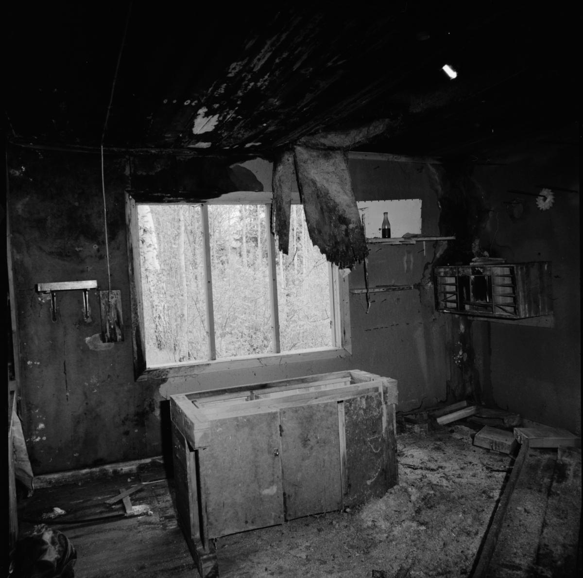 Interiör i timrad gruvstuga från senare delen av 1800-talet intill Konstängsgruvan, Dannemora Gruvor AB, Dannemora, Uppland maj 1991