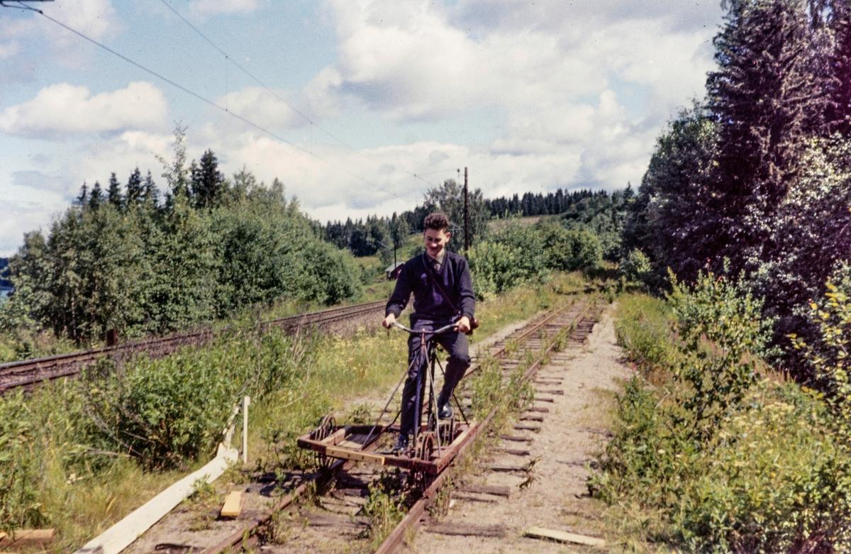 Arne Dag Røkke på dressin på museumsbanen Urskog-Hølandsbanen.