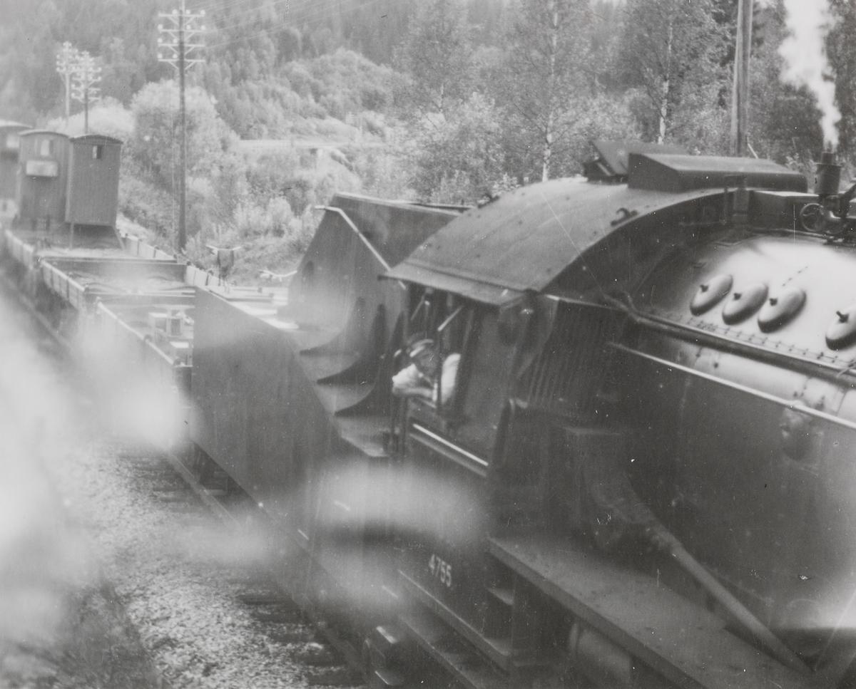 Grustog trukket av damplokomotiv type 63a nr. 4755.
