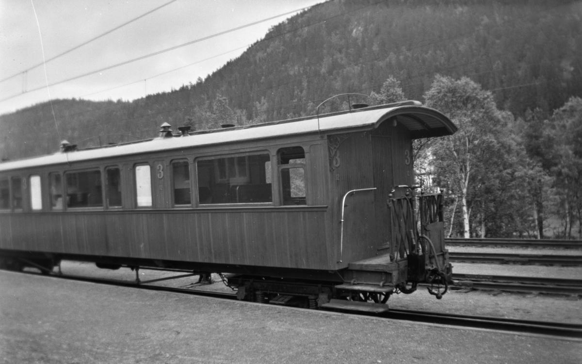 Thamshavnbanens personvogn  Co 12 på Løkken stasjon.