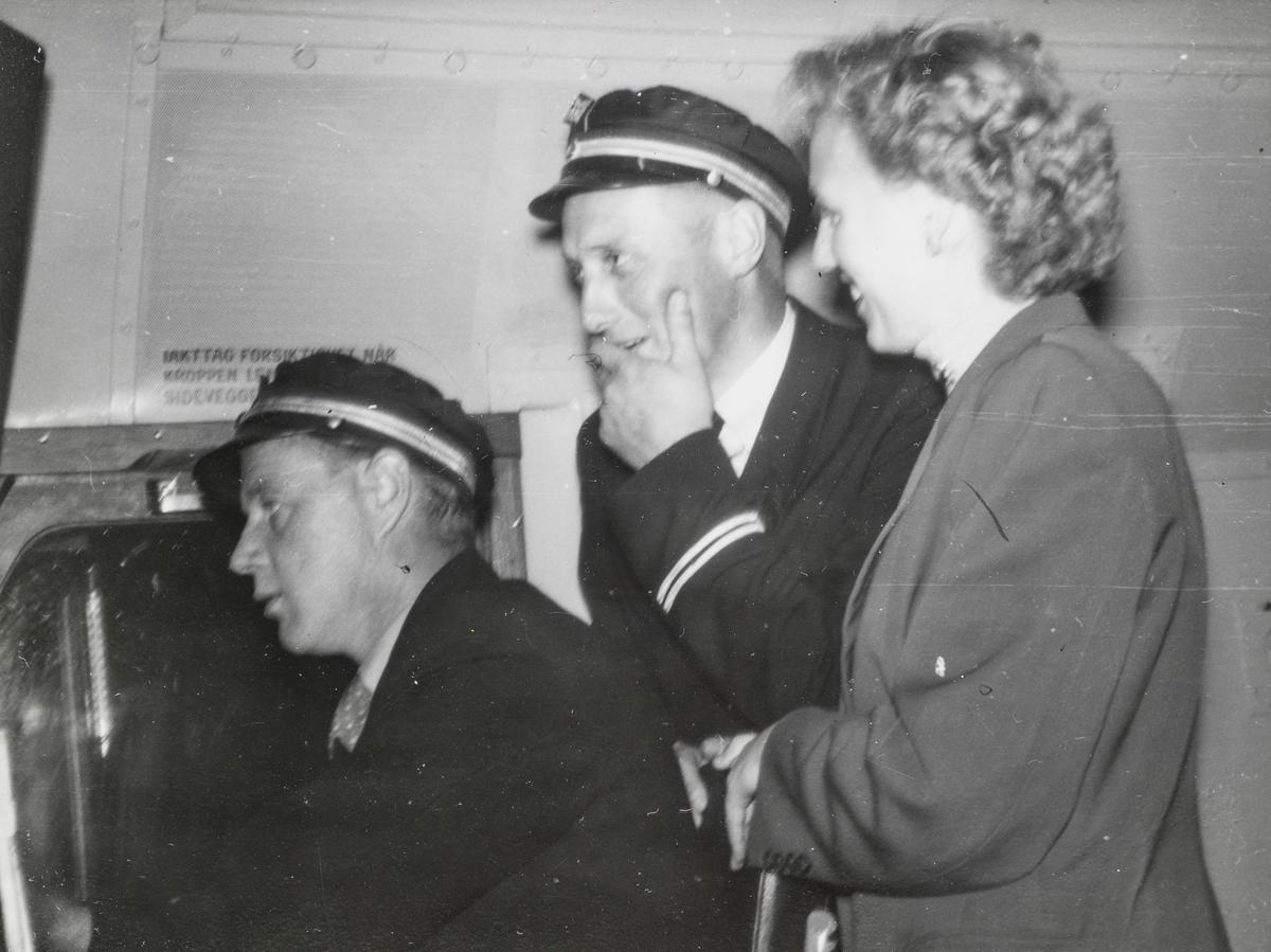 Lokomotivfører Kåre Stuevold (til venstre) på diesellokomotiv type Di 3.