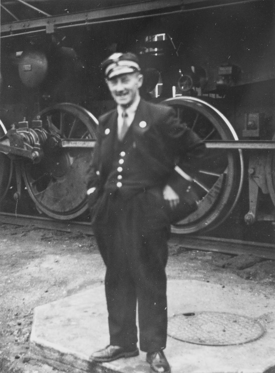 Lokomotivføreren foran damplokomotiv type 63a.