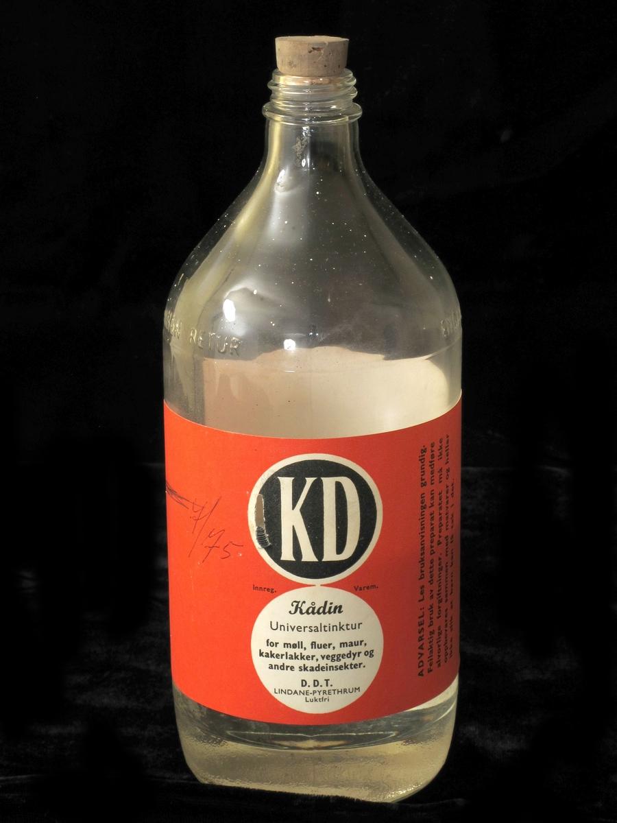Glassflaske med kork (ikke original). Rød etikett som forteller at innholdet er en desinfiserende væske som inneholder DDT..  Flasken har uidentifisert flytende innhold - kan være originalinnhold i samsvar med etikett.