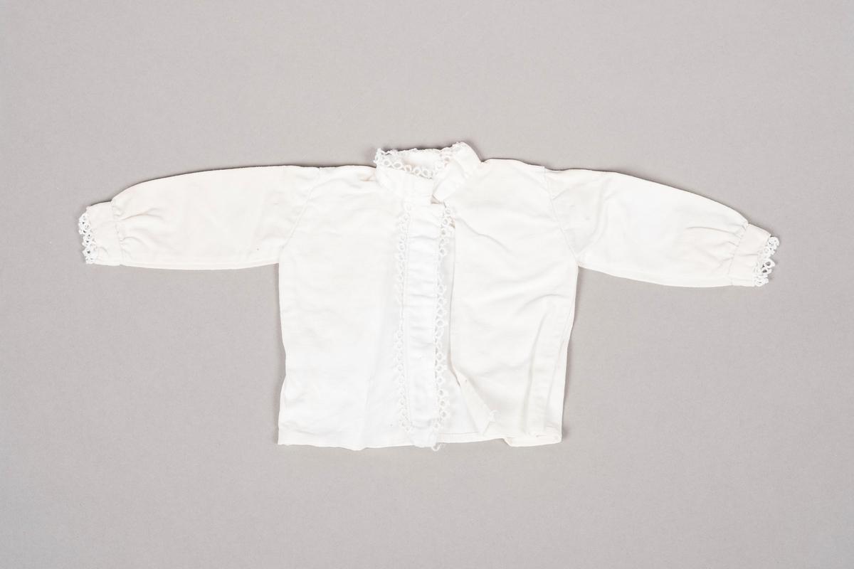 """""""Bunadsskjorten"""" er hvit og pyntet med nupereller langs kantene."""
