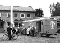 """""""Porslinsbussen"""" från Gustavsberg parkerad utan för Folkets"""