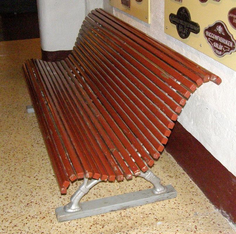 Brunmålat säte och ryggstöd.  2 benpar av silverfärgat järn, mönstergjutna.