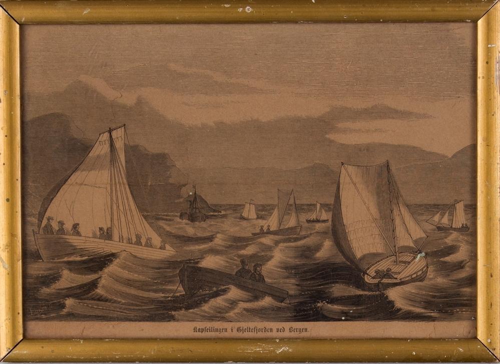 Motivet viser kapseiling i Hjeltegjorden ved  Bergen. Ser diverse småbåter med seilføring samt en robåt i forgrunn.