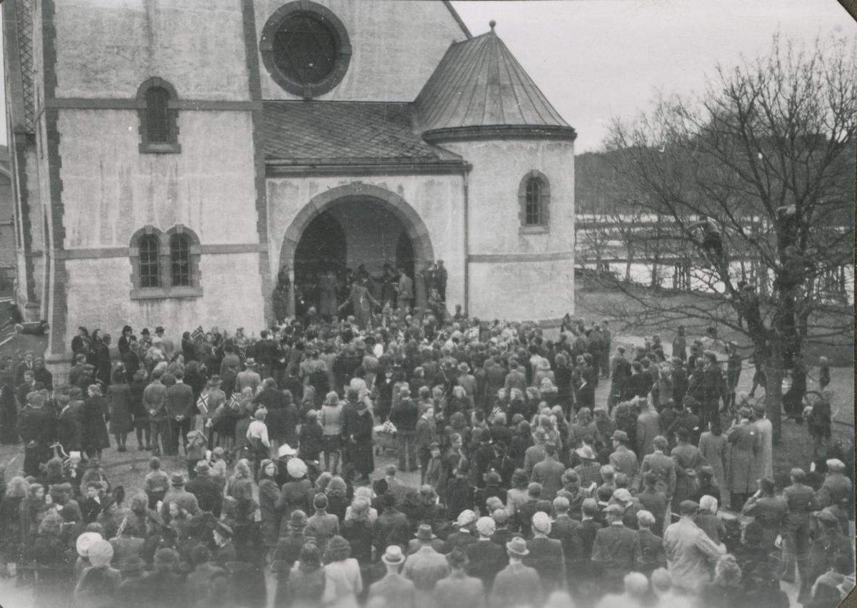 Ei stor folkemengde utenfor Levanger Kirke da fanger kom fra Falstad og Grini 8. mai 1945. Det var stor jubel og glede med hornmusikk og kirkeklokke- ringing. Heimefronten hadde en lett jobb med å holde orden.