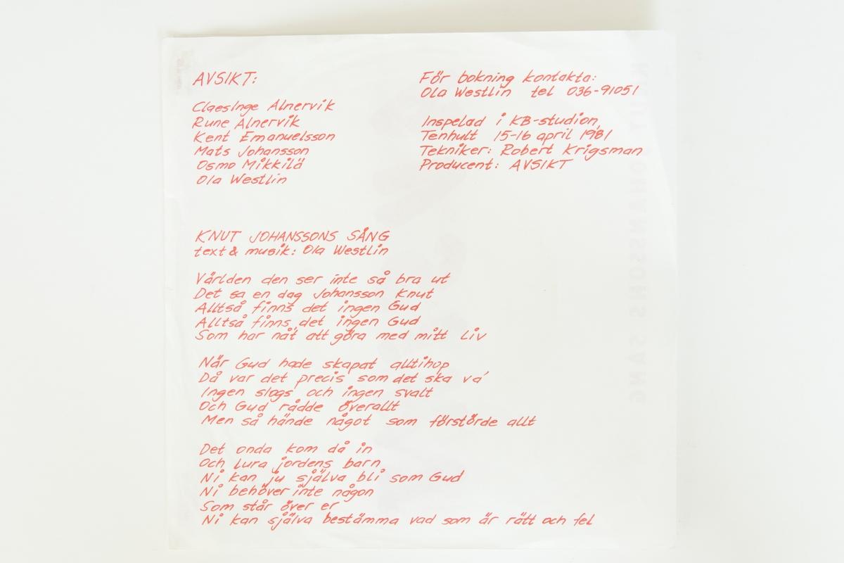 """Singel-skiva av svart vinyl med röd pappersetikett med svart tryckt text, i omslag av vikt papper i plastficka. På omslagets insida finns bland annat sångtexterna tryckta. På omslaget finns en prislapp: """"REA 5.00""""  JM 55917:1, Singelskkiva, SPR-009  Sida A:  1.Avsikt (text och  musik: Ola Westlin) Sida 2:  1. Knut Johanssons sång (text och musik: Ola Westlin)  Text på pappersetiketten: """"ALL RIGHTS OF THE MANUFACTURER AND OF THE OWNER OF THE RECORDED WORK RESERVED. UNAUTHORISED PUBLIC PERFORMANCE, BROADCASTING AND COPYING OF THIS RECORD PROHIBITED""""  JM 55917:2, Omslag JM 55917:3 Plastficka till omslaget"""