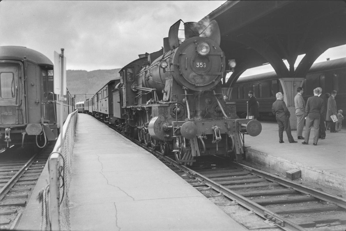 Tog og reisende på Trondheim stasjon. Damplokomotiv type 30b nr. 359 med dagtoget fra Oslo Ø til Trondheim over Røros, hurtigtog 301.