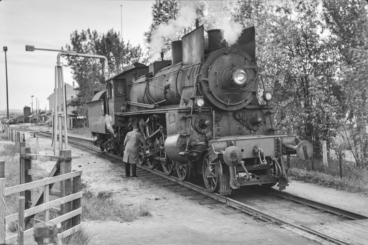 Vannfylling fra vannstender på damplokomotiv type 26c nr. 412 på Tynset stasjon