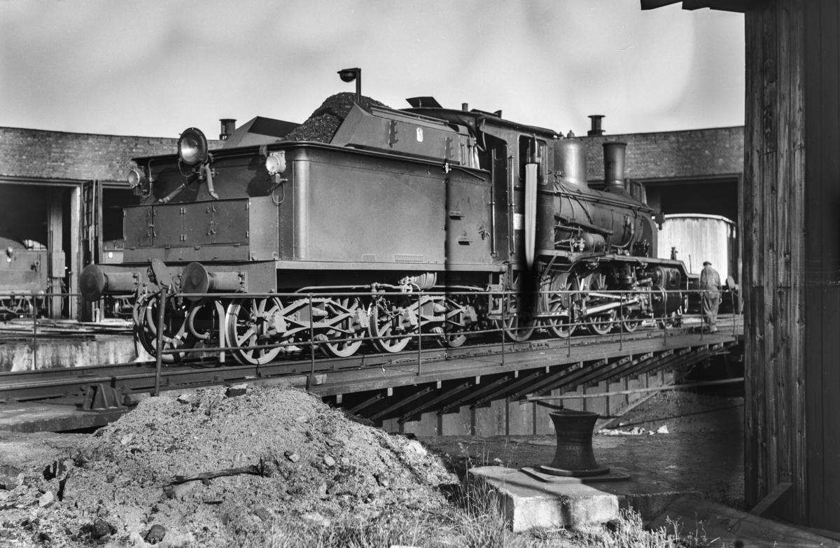 Damplokomotiv type 18c nr. 310 på svingskiven ved lokomotivstallen på Hamar stasjon.