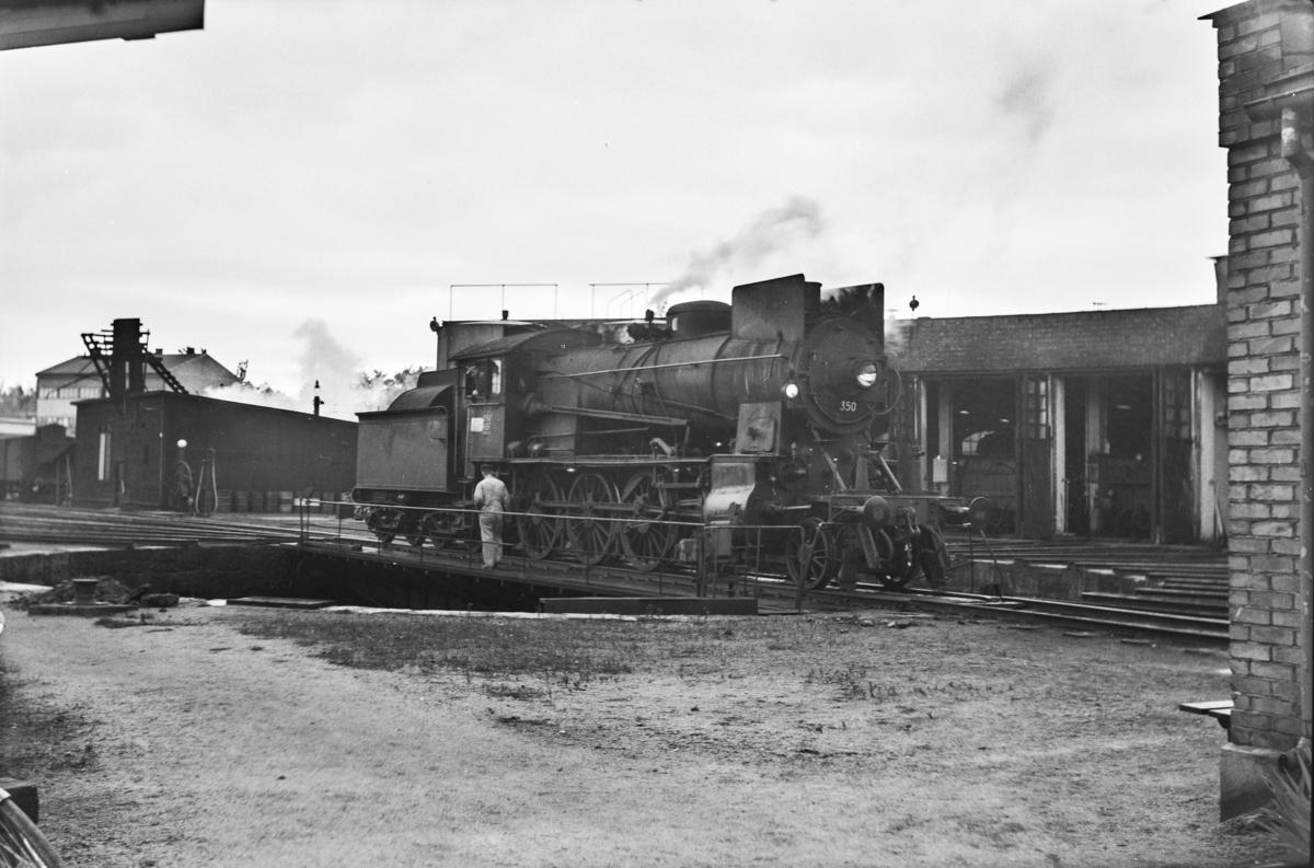 Damplokomotiv type 30b nr. 350 på svingskiven ved lokomotivstallen på Hamar stasjon.