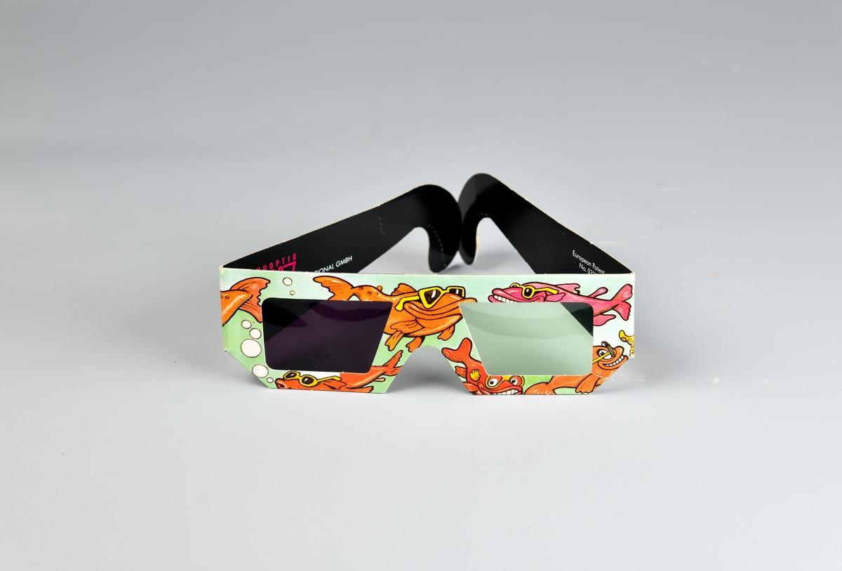 Fargerike pappbriller med et rødt og grønt filter foran hvert øye. Dekorert med tegninger av gullfisk.