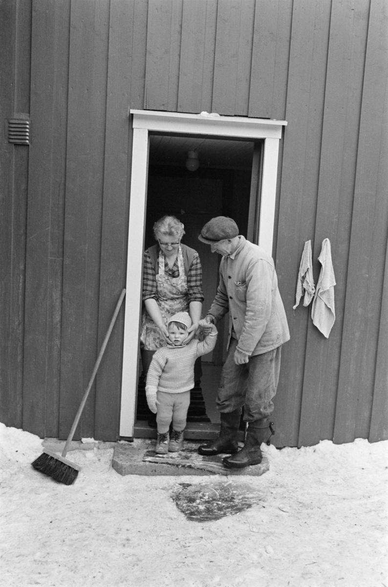 En kvinne og en mann i en døråpning.