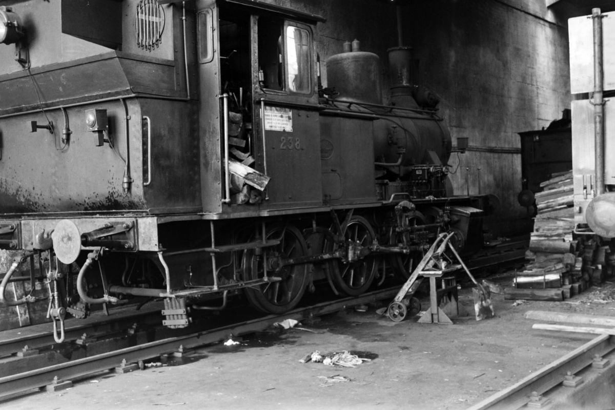 Damplokomotiv type 25a nr. 238 i lokomotivstallen på Krossen ved Kristiansand.