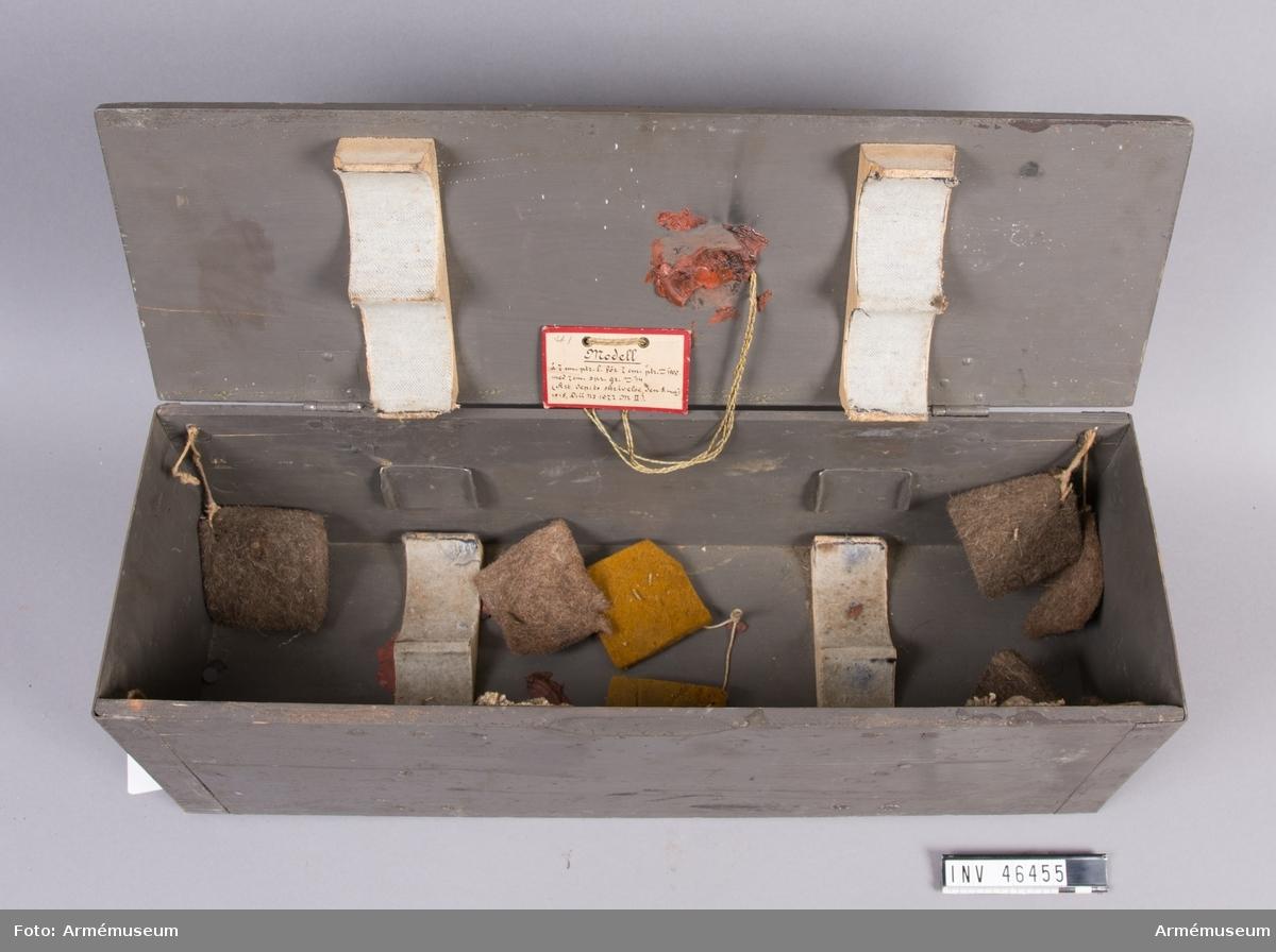 Grupp E V. Patronlåda för 7 cm patron med granatkartesch. Låda m/1915 för 7 cm patron m/1900 spränggranat m/1914. Lådan är tom.