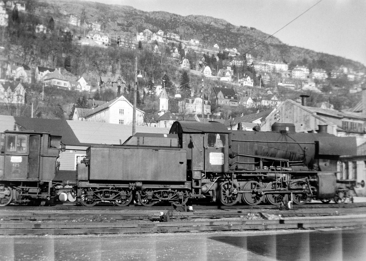 Utrangert damplokomotiv type 33a nr. 299 i Bergen. Til venstre damplokomotiv type 25d nr. 425.