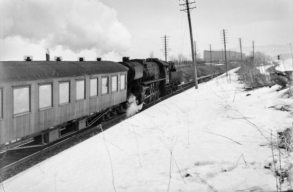 Lokaltog 2431 fra Trondheim til Stjørdal ved Leangen. Toget trekkes av damplokomotiv type 63a nr. 5857.