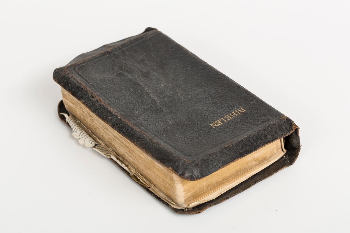 Bibel utgitt av Det norske bibelselskap, Oslo 1947. Slittsamtidig skinnbind, løsnet i ryggen, slitt hull på hjørnene. Løse sider. Tapede sider.