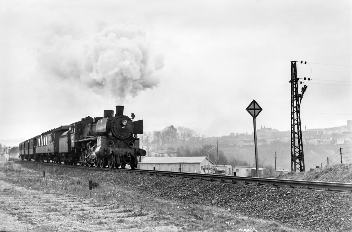 Forstadstog nr. 1726 fra Trondheim til Støren ved Stavne. Toget stoppet på alle stasjoner og holdeplasser og brukte 1 1/2 time til Støren. Toget trekkes av damplokomotiv type 26c nr. 411.
