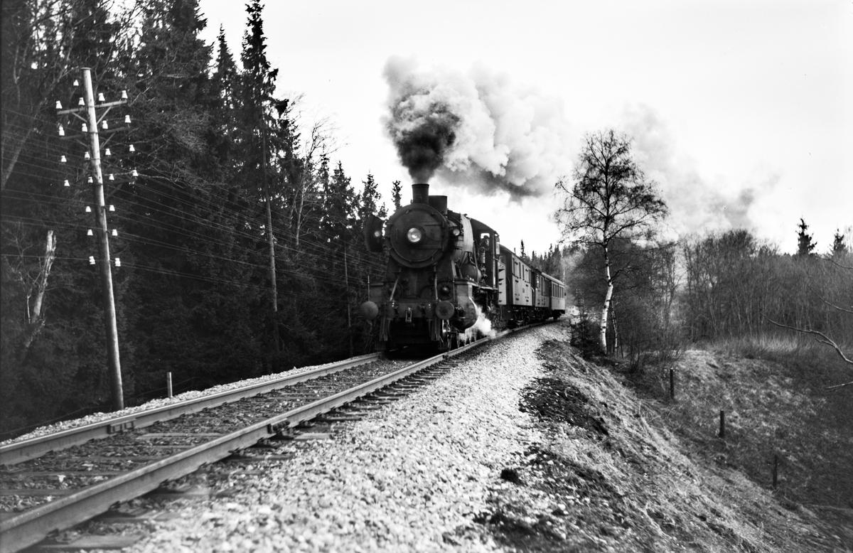 Dagtoget fra Oslo Ø til Trondheim over Røros, tog 301, syd for Heimdal stasjon. Toget trekkes av damplokomotiv type 30b nr. 357.
