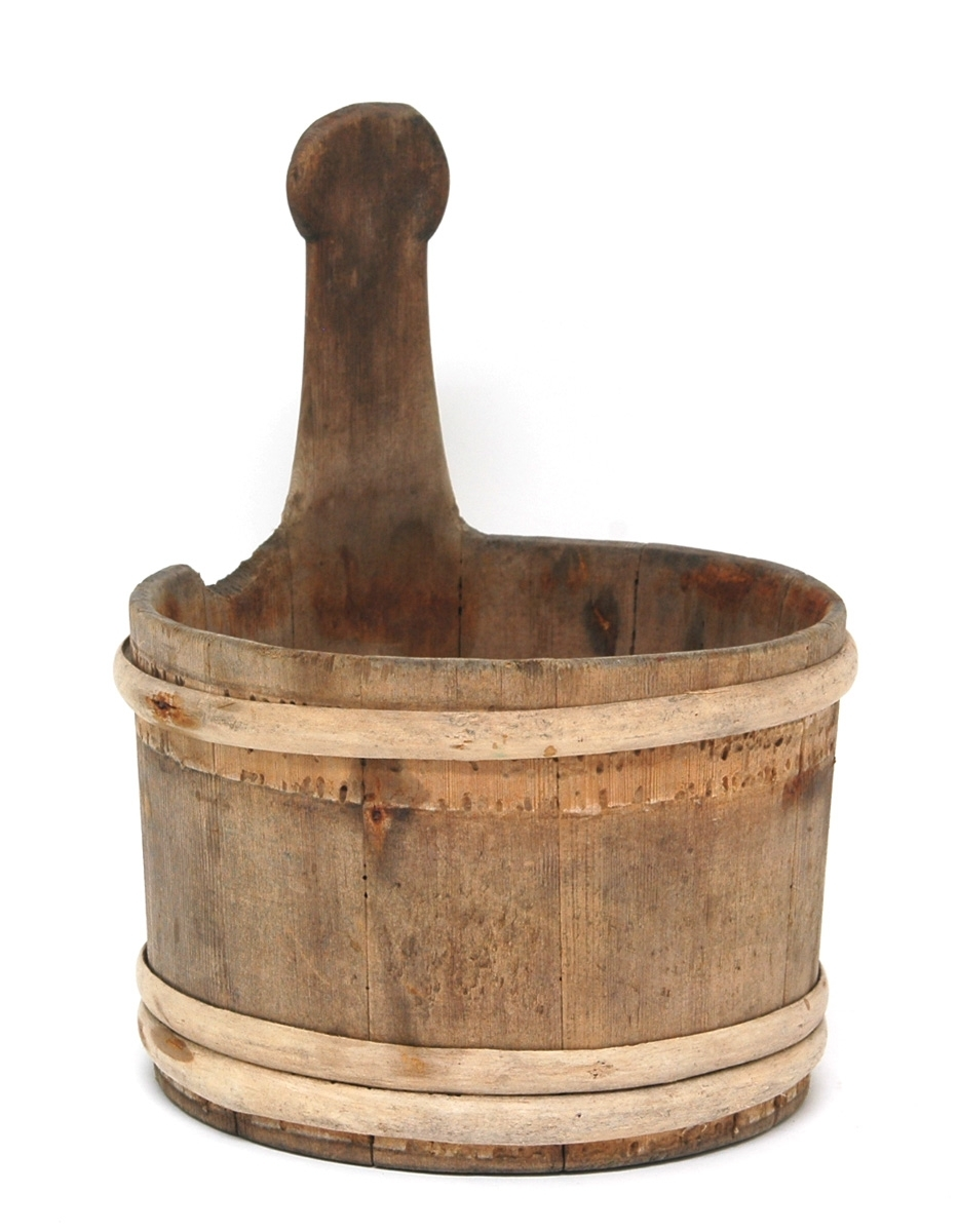 Stäva av trä, laggad med ståndhandtag. Banden runt stävan av trä. Höjd 17 cm. Diameter 24 cm.