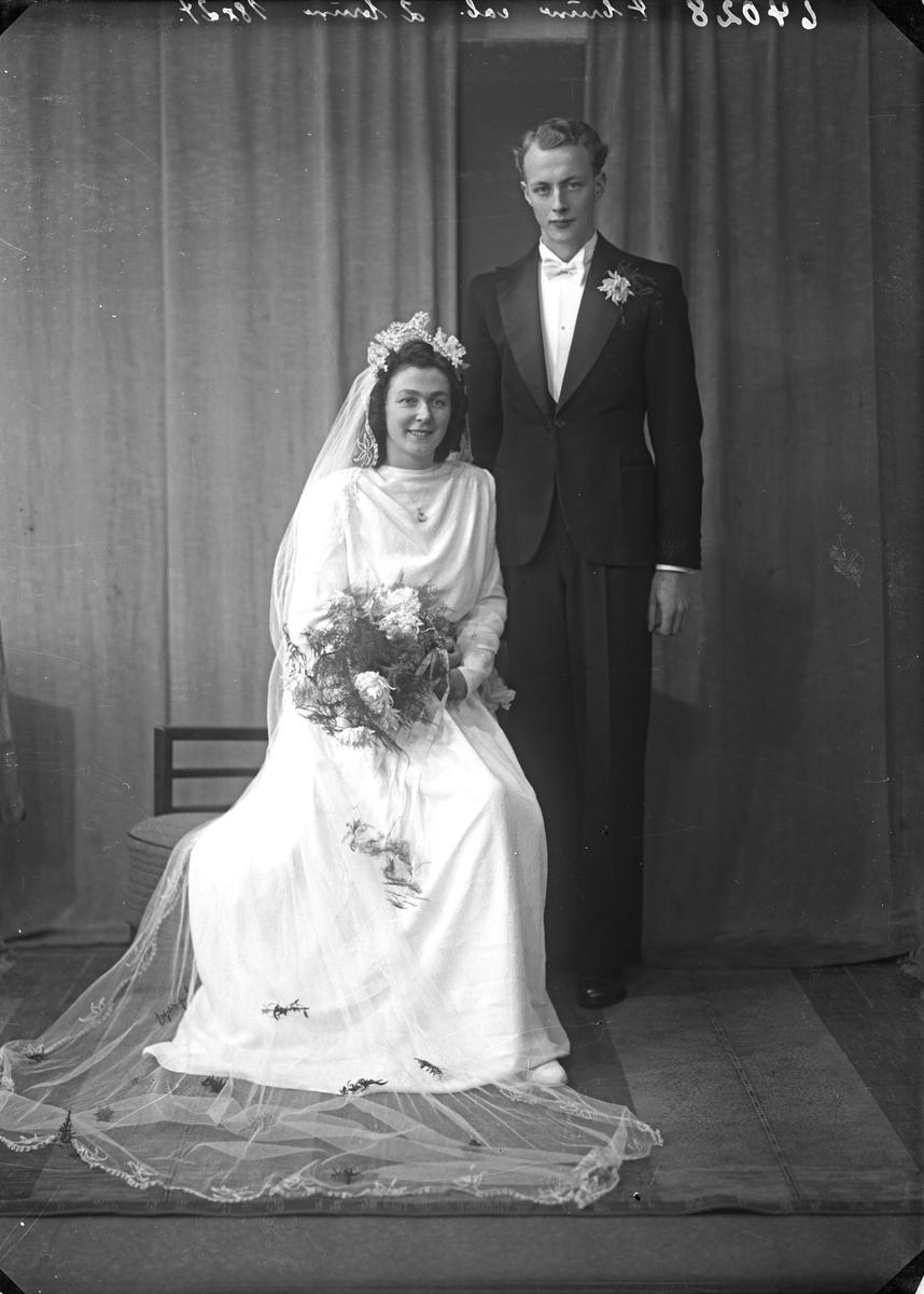 Portrett. Brudebilde. Ung kvinne i lys brudekjole med slør og ung mann i mørk dress med lys sløyfe. Brudepar. Bestilt av Roald Bruun Olsen. Egne hjem. Odda.