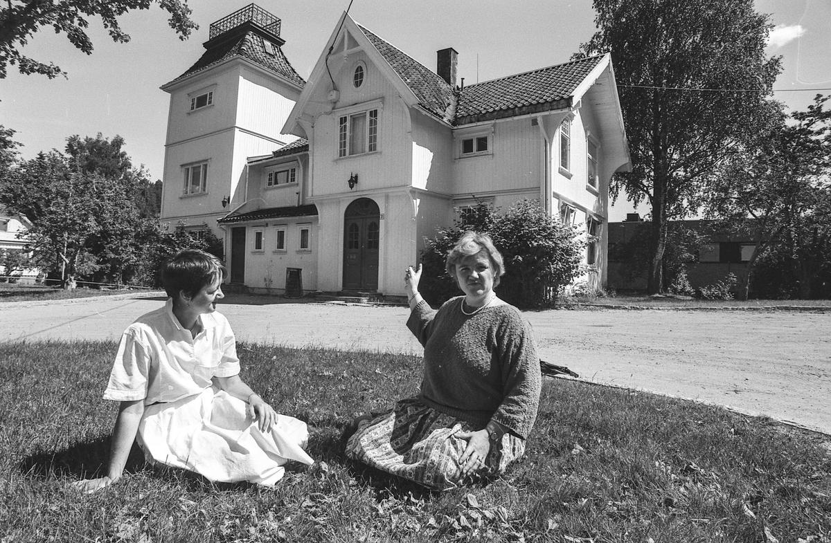 Tårnhuset på Kolbotn er for lite til kulturhus. Ordfører Sylvi Graham til høyre og kultursjef Rigmor Grande til venstre