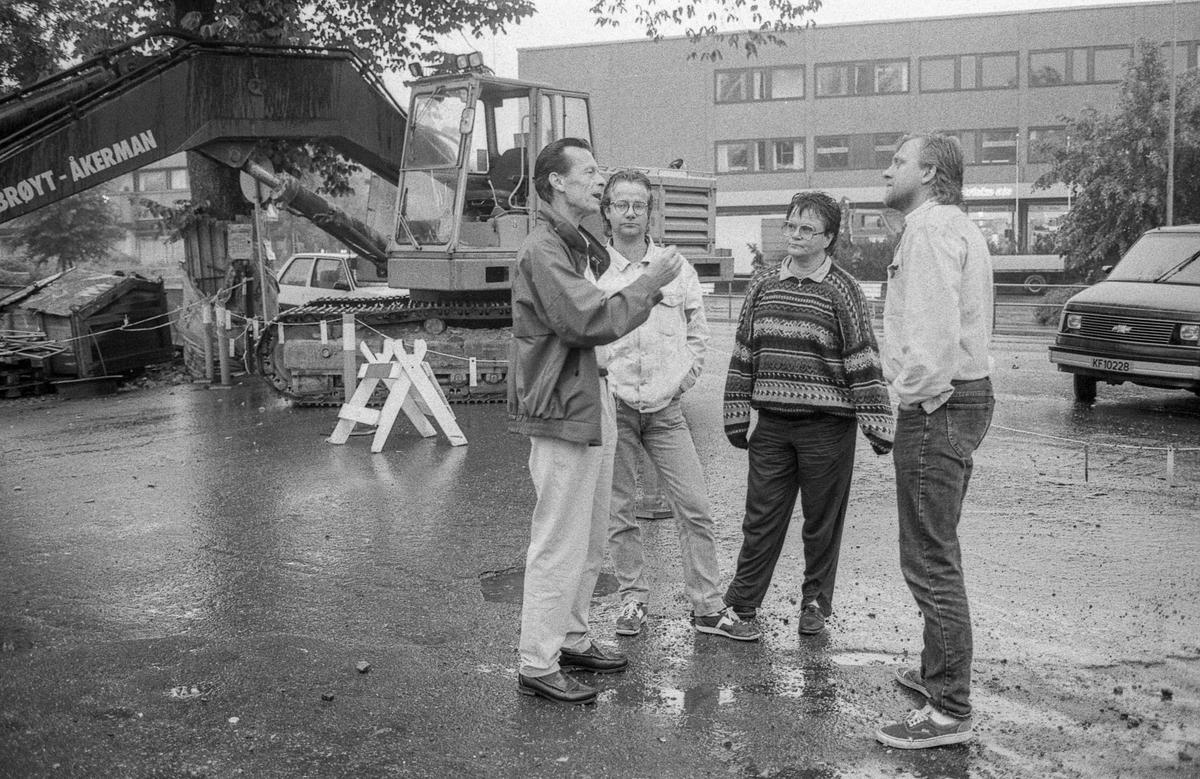 En delegasjon fra Verneforeningen i Ski stoppet i natt NSB fra å rive den gamle stasjonsbygningen på Ski stasjon. Bi Five Magnus med stripet genser og overingeniør Lars Hochlin i NSBs eiendomsavdeling. Stasjonsbygningen ble revet.