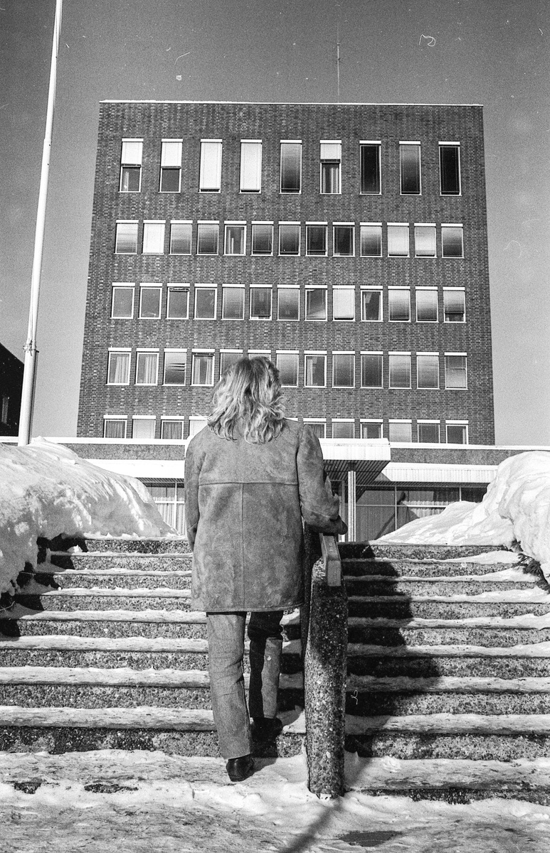 Kvinner i Ski kommune er lavlønte. Kvinne bakfra på vei opp til Ski rådhus.